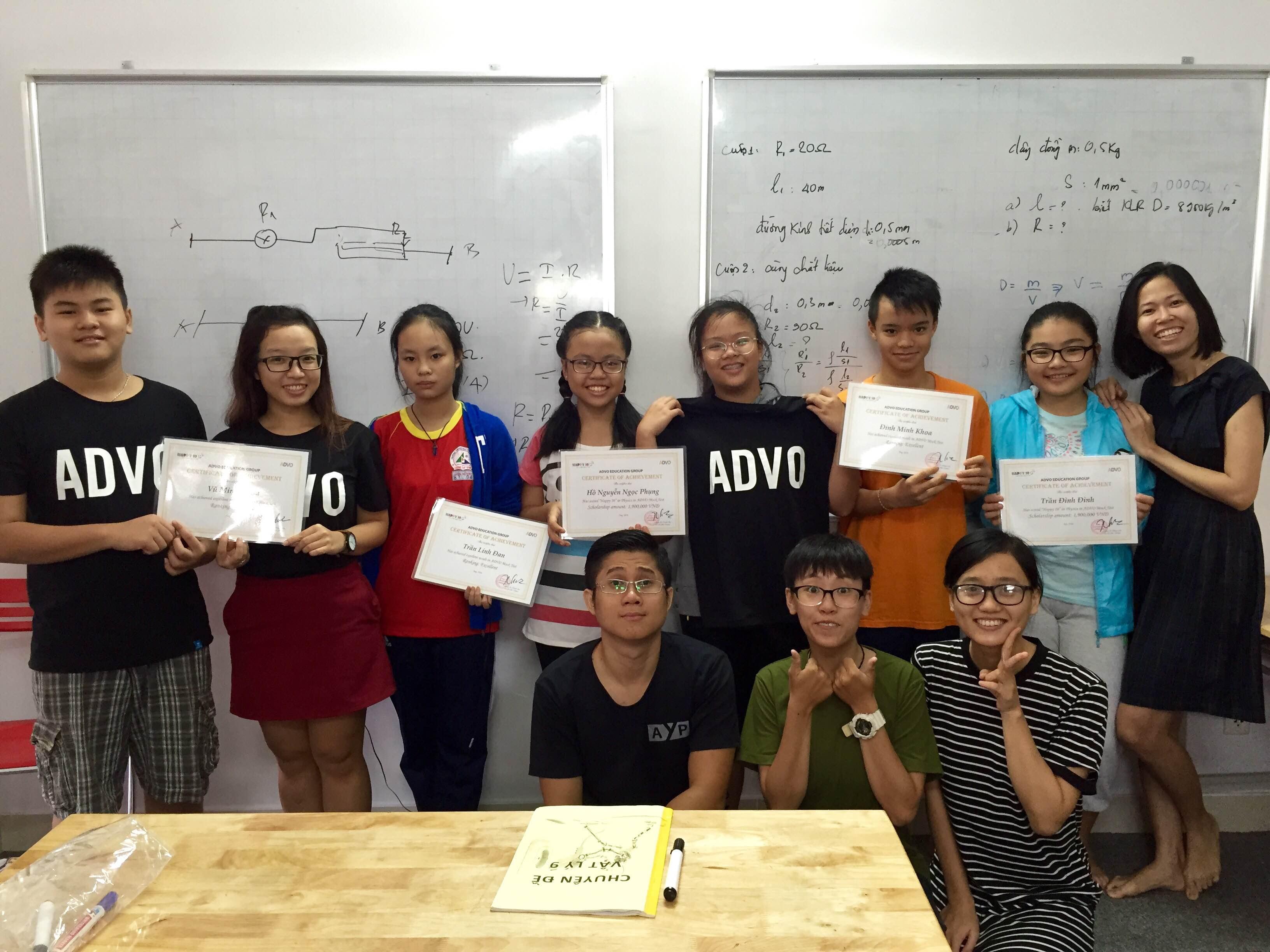 """Phụng cùng các bạn học sinh """"Happy 10"""" nhận phần thường và học bổng từ ADVO VN"""